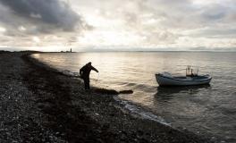 Omø-fisker røgter sin åleruse 1