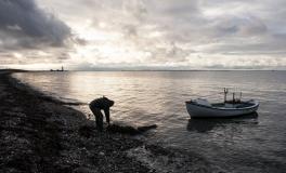 Omø-fisker røgter sin åleruse 2