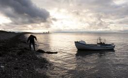 Omø-fisker røgter sin åleruse 3